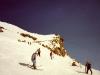 Skipiste mit Bergstation im Hintergrund